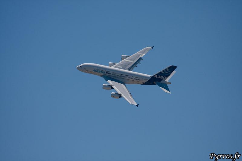 Airbus A380 dans le ciel lors d'airexpo