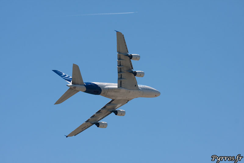 A380 dans le ciel en virage