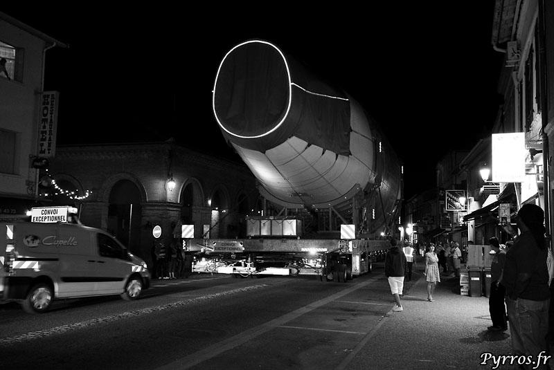 quand le géant des airs prend la route, fuselage arrière sous les regards du public
