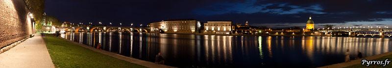 panoramique : Les ponts Neuf et Saint Pierre encadrent l'Hotel Dieu et le Dome de la Lagrave
