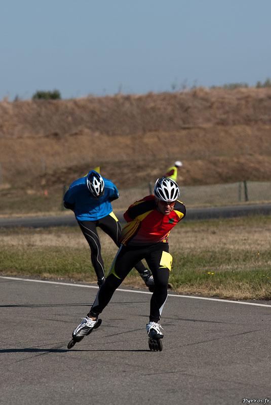 une heure durant, ils roulent afin de battre (ou de creer) leur record de la plus grande distance parcourue en roller.