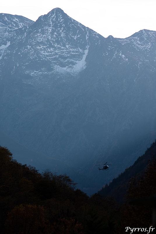 la Vallée du Vicdessos depuis Montreal de Sos en direction du Montcalm. l'helicoptere d'EDF transporte les materiaux necessaire à l'entretient des conduites forcées