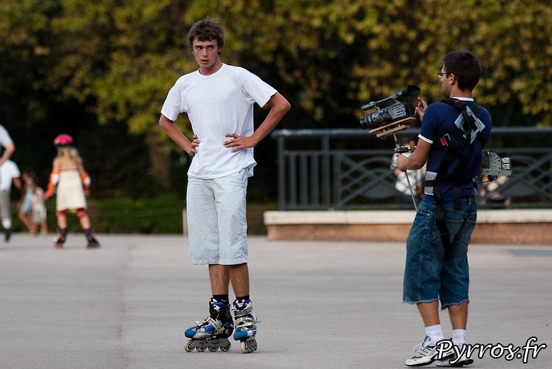 sur la place de l'Europe Hugues (en roller) et Romain (à la caméra) enregistrent les differentes scénes de la vidéo