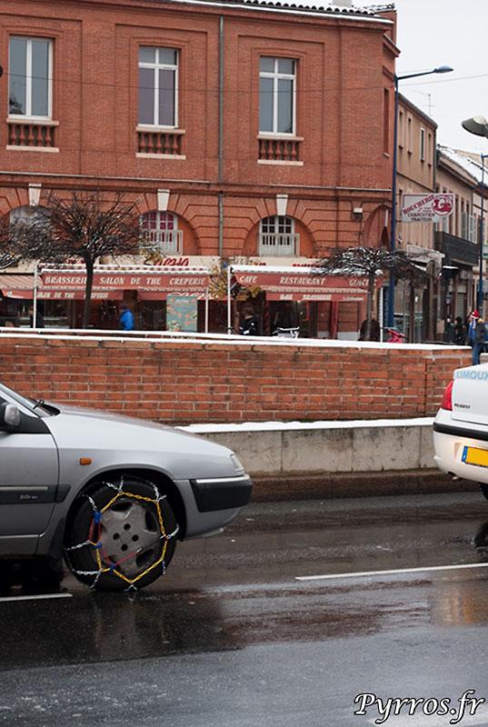 Certains automobilistes utilisent les chaines, alors que les routes de la villes sont deja denneigées.