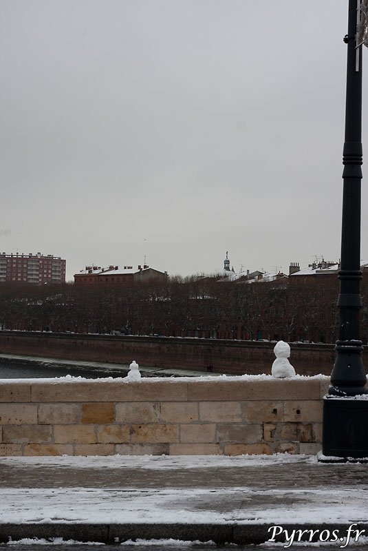 Les bonhommes de neiges surveillent la Garonne depuis le pont Neuf