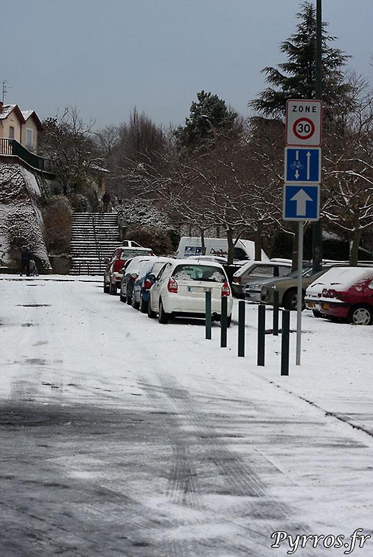 Au matin du 18 decembre 2009, la neige s'est invitée au reveil des toulousains, parfois surpris, et souvent en difficultés. Les petites rues ne sont pas salées ni denneigées