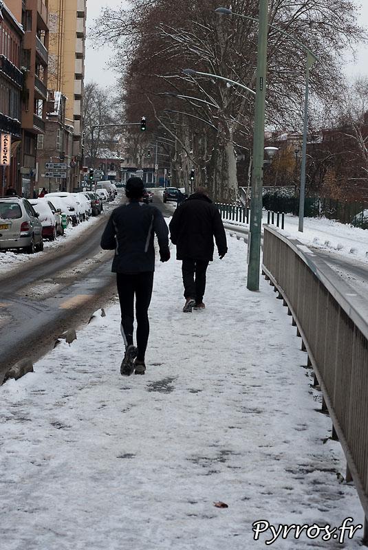 Neige à Toulouse, chacun sa vitesse.