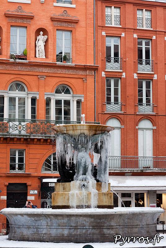 Neige à Toulouse, Fontaine de la Trinité dans la glace.