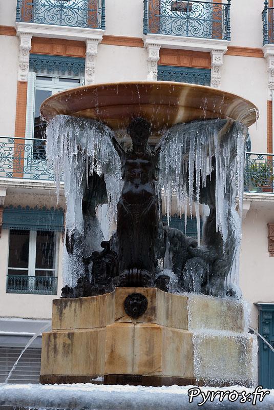 Neige à Toulouse, fontaine de glace. (fontaine de la Trinité)