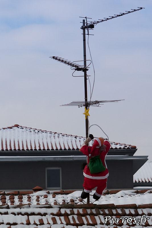 Neige à Toulouse, pas encore en vacances le Pere Noël s'accroche.