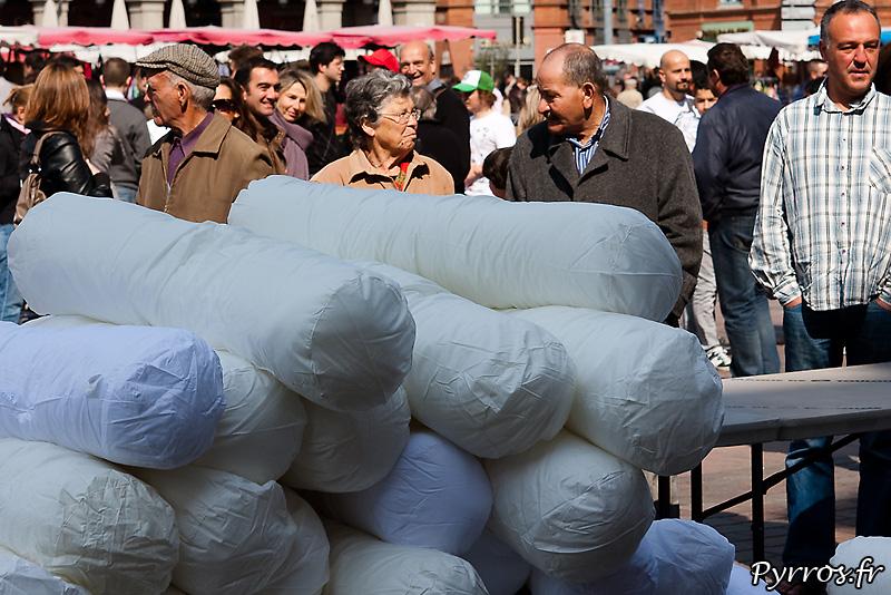 """Dans le cadre """"my rose polochon"""" organisé par les hoteliers Toulousains, a eu lieu une bataille géante de polochons"""