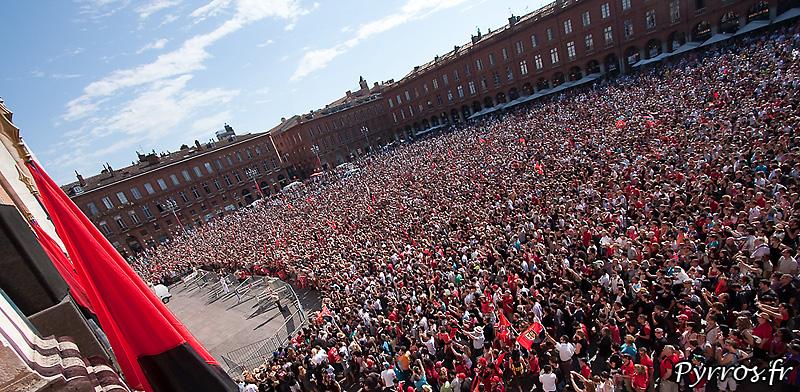La place du Capitole est aux couleurs du Stade Toulousain : Rouge et Noire