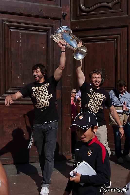 Sur le parvis du Capitole Vincent Clerc et Clement Poitrenaud portent la Coupe d'Europe de Rugby