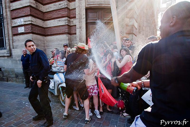 Bataille de Champagne avec les supporters du Stade Toulousain, Maxime MEDARD prend une douche