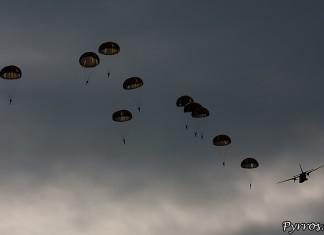 Parachutistes 3eme RMAT (airexpo 2010),largage de parachutes hémisphériques