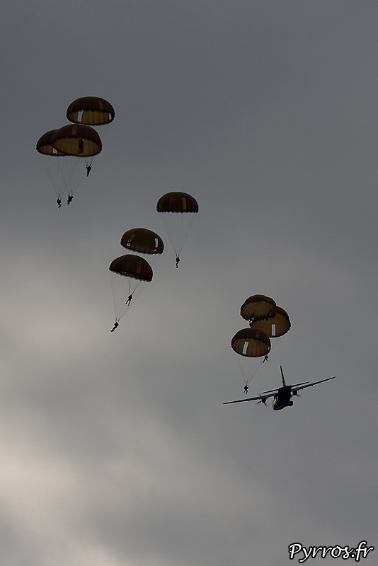 Parachutistes 3eme RMAT (airexpo 2010), largage de parachutes hémisphériques