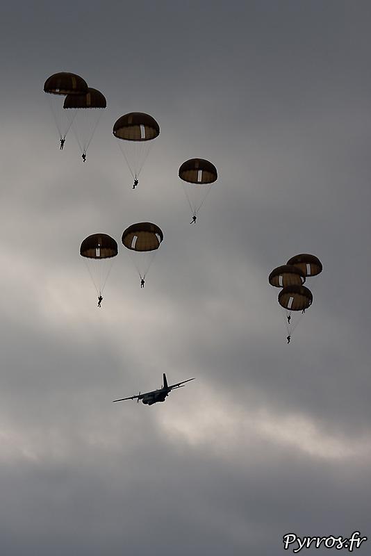 Parachutistes 3eme RMAT (airexpo 2010), dernier largage de parachutes hémisphériques