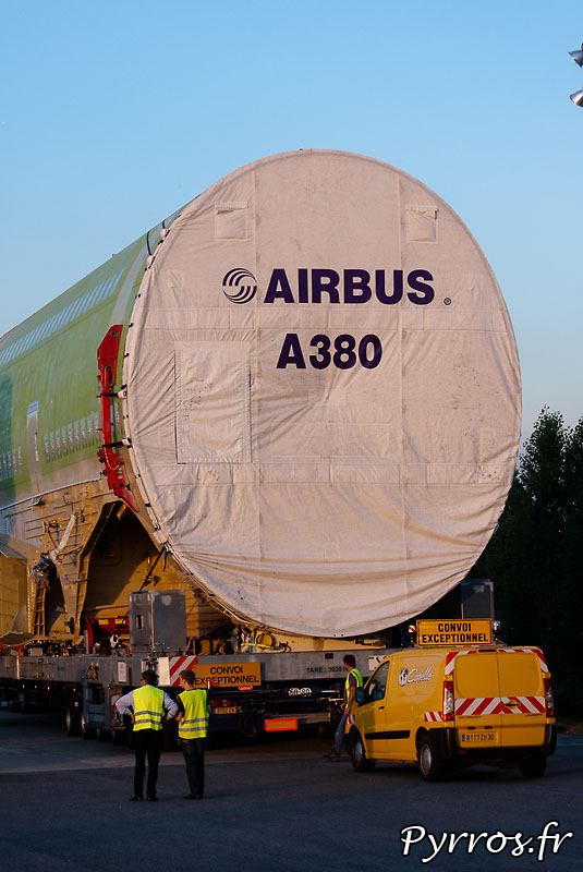 Sur l'aire de stationnement de l'Isle Jourdain (32) le convoi prépare son départ vers Cornebarrieu (31) fuselage central