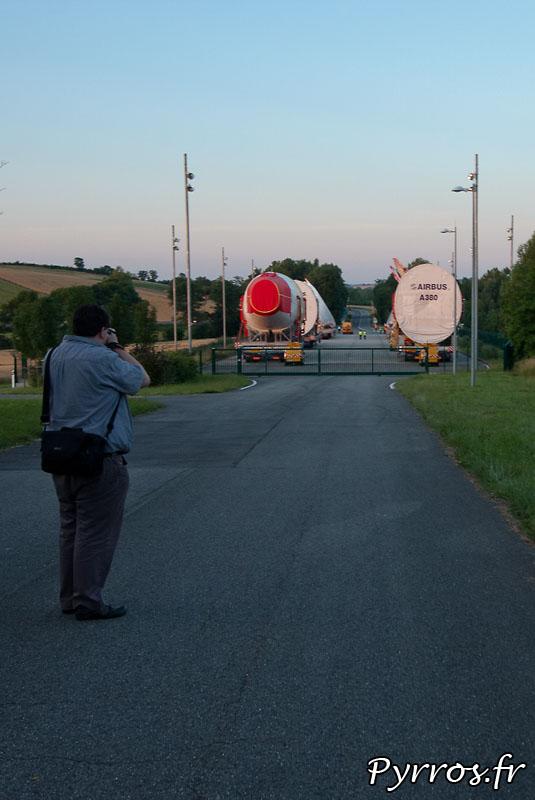 Sur l'aire de stationnement de l'Isle Jourdain (32) le convoi prépare son départ vers Cornebarrieu (31), de nombreuses personnes viennent découvrir le géant des airs et le photographier