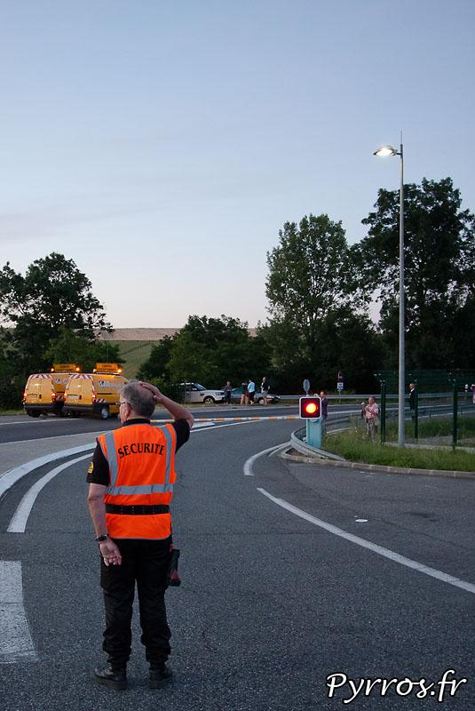 Sur l'aire de stationnement de l'Isle Jourdain (32) le convoi de l'airbus A380 prépare son départ vers Cornebarrieu (31), pour le convoi de nombreuses personnes assurent la sécurité