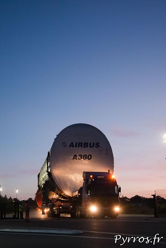 Sur l'aire de stationnement de l'Isle Jourdain (32) le convoi prépare son départ vers Cornebarrieu (31), départ du fuselage central
