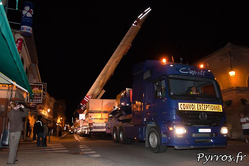 A Lévignac (31) le convoi des pieces de l'A380 roule au pas. De nombreux spectateurs sont présents, pour apercevoir les modules du géant d'Airbus. Empennage horizontal
