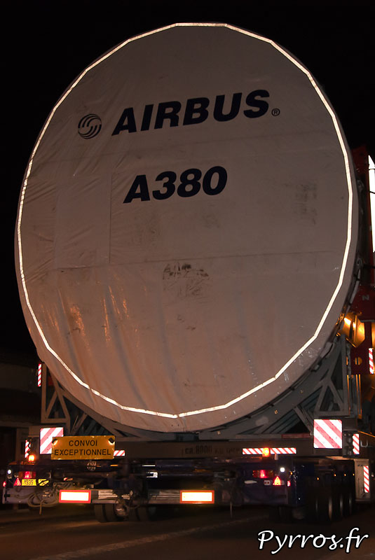 A Lévignac (31) le convoi des pieces de l'A380 roule au pas. De nombreux spectateurs sont présents, pour apercevoir les modules du géant d'Airbus. Arriere du fuselage avant