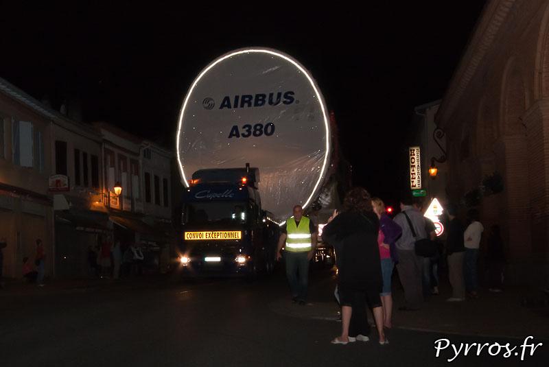 A Lévignac (31) le convoi des pieces de l'A380 roule au pas. De nombreux spectateurs sont présents, pour apercevoir les modules du géant d'Airbus. Fuselage central