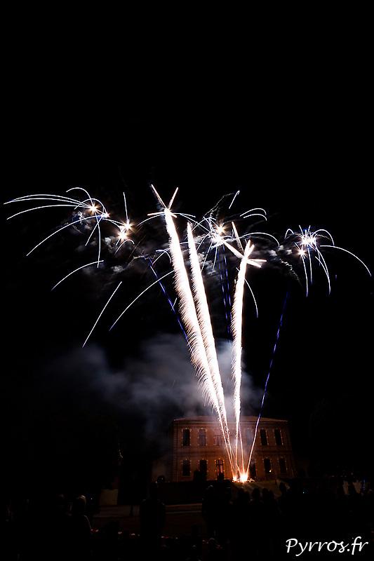 A l'occasion des Fetes Locales de Pins Justaret un feu d'artifice était tiré par Toulouse Artifice Création dans le parc de la Mairie