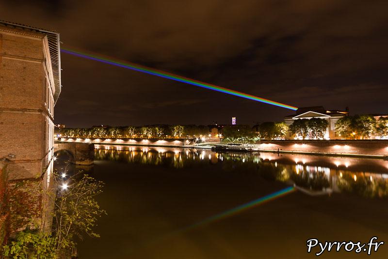 Global Rainbow installation laser par l'artiste Yvette Mattern et Laserfabrik, reflet sur la Garonne, l'ecole de beaux arts et Saint Sernin