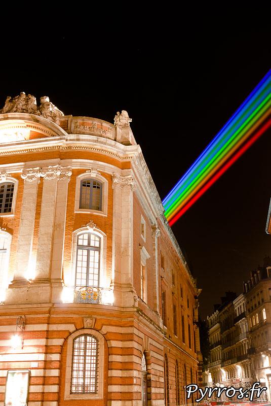 Global Rainbow installation laser par l'artiste Yvette Mattern et Laserfabrik, le Capitole qui comme souvent n'est que partiellement accessible aux toulousains