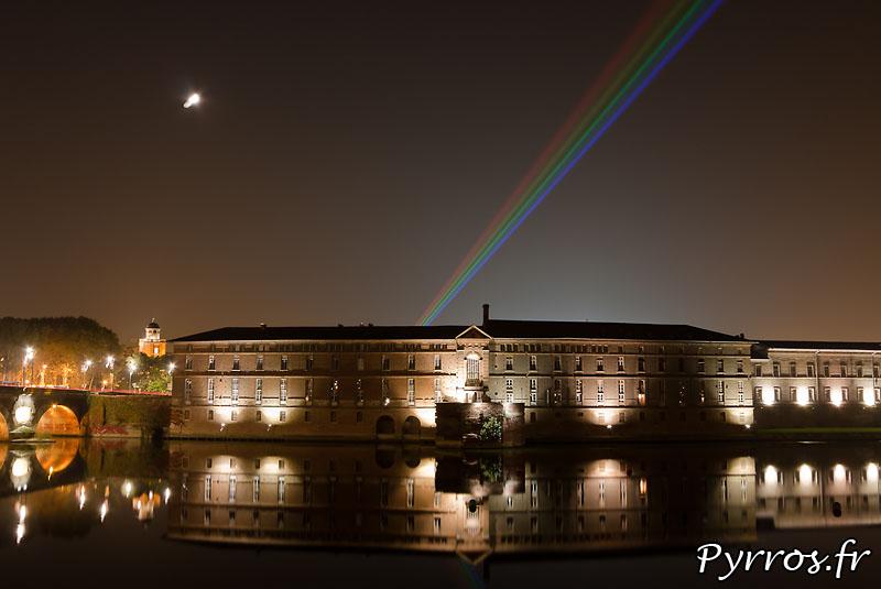 Global Rainbow installation laser par l'artiste Yvette Mattern et Laserfabrik, l'hotel dieu et son reflet dans Garonne