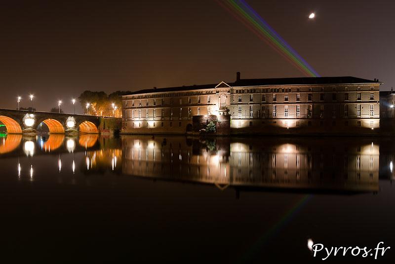Global Rainbow installation laser par l'artiste Yvette Mattern et Laserfabrik,l'hotel dieu et son reflet dans Garonne