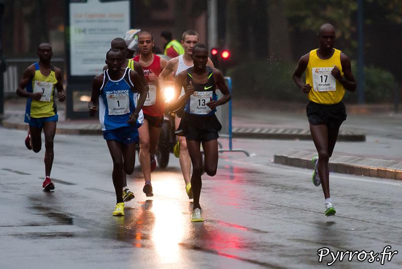 Sous la pluie d'automne, se deroule, le quatrième marathon du Grand Toulouse, Kilometres 3 : Compans Caffarelli. Le plateau élite était particulièrement relevé avec la présence de 5 coureurs capable de courir en moins de 2h16 dont le double vainqueur Benjamin Bitok.
