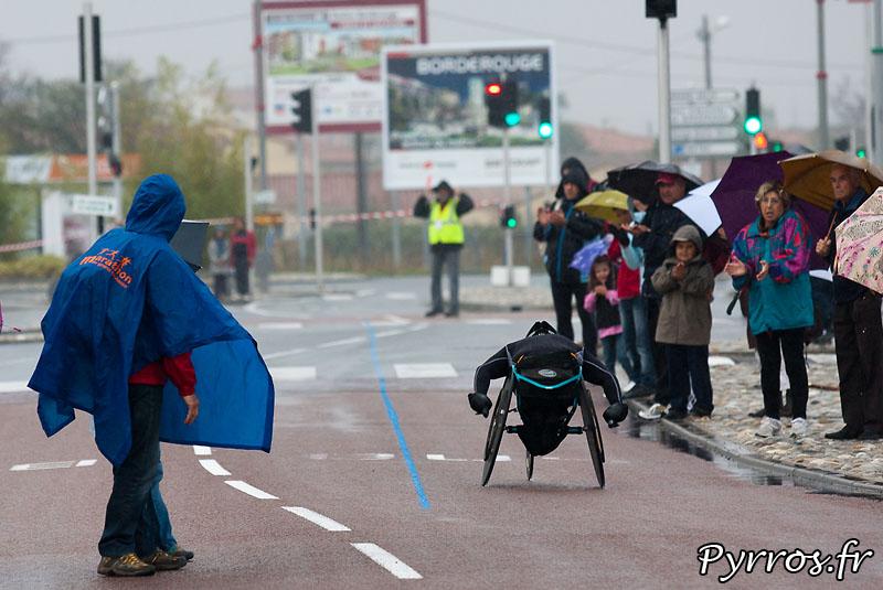 Sous la pluie d'automne, se deroule, le quatrième marathon Handisport du Grand Toulouse, au ravitaillement de Borderouge