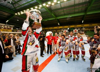 Finale coupe de France RILH, L'équipe d'Anglet soulève le trophée. Finale Coupe de France de RILH