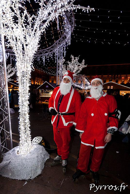 Deux pères Noël au milieu du marché de Noël place du Capitole