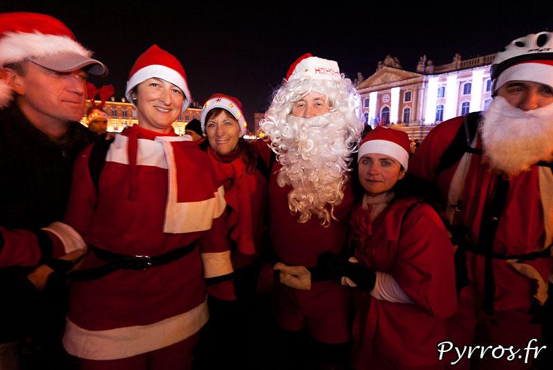 Tout le monde entoure le père Noël, avant le début de la rando roller