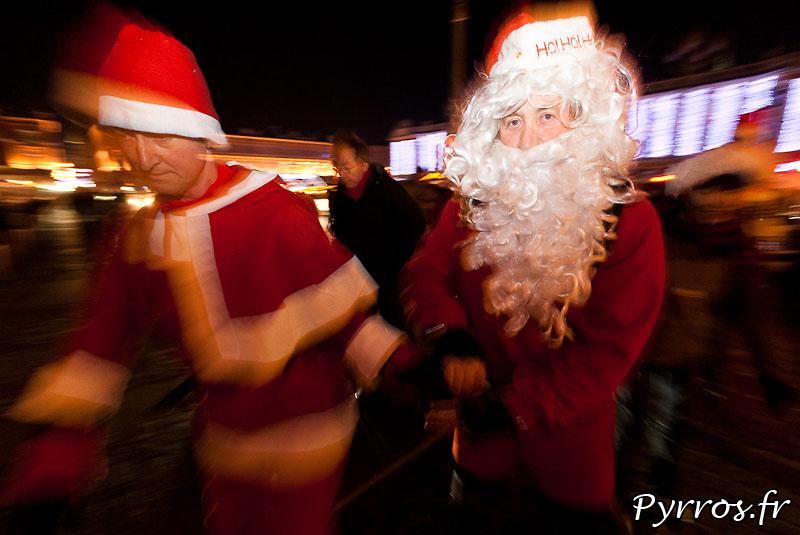 En plus de faire des cadeaux le père Noël accompagne les patineurs en difficultés