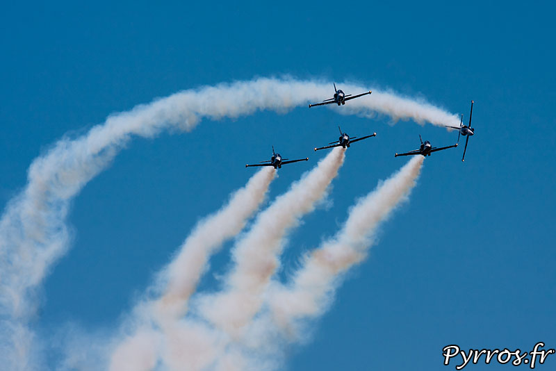 Breitling Jet Team, Apache Roll