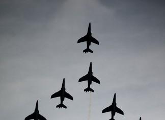 Patrouille de France (Airexpo 2010) sous un ciel voilé, première démonstration public de 2010, formation concorde