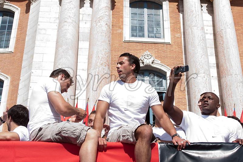 Vincent Clerc, Clément Poitrenaud, Yannick Nyanga font monter la pression avant de présenter le bouclier de Brennus à la place du Capitole.