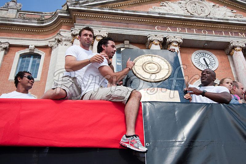 Thierry Dusautoir, Vicent Clerc, Clement Poitrenaud et Yannick Nyanga présentent le bouclier de Brennus à la place du Capitole.