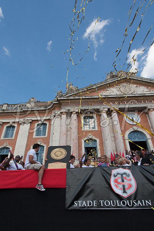 Les joueurs du Stade Toulousains présentent le bouclier de Brennus à la place du Capitole.