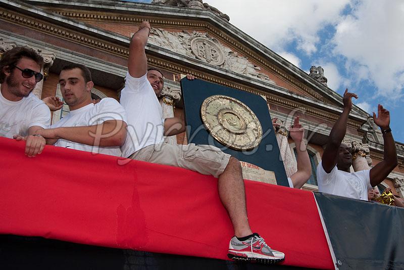 Maxime Medard,Louis Picamole, Clément Poitrenaud et Yannick Nyanga présentent le bouclier de Brennus à la place du Capitole.