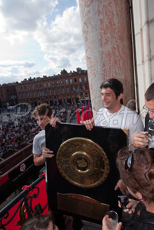 Jean Bouilhou présente le bouclier de Brennus à la place du Capitole.
