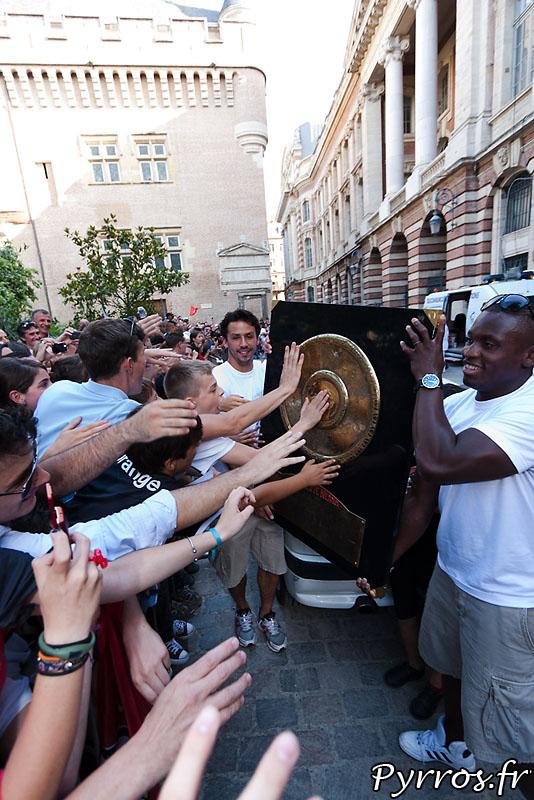 Clement Poitrenaud et Yves Donguy Permettent aux supporters de toucher le bouclier de Brennus