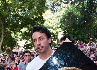 Clement Poitrenaud transporte le bout de bois alias le Bouclier de Brennus