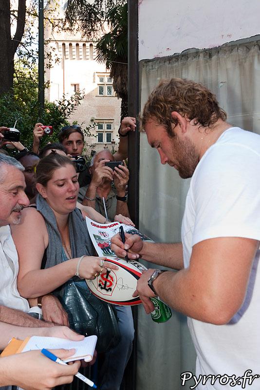 Romain MILLO-CHLUSKI signe encore des autographes.