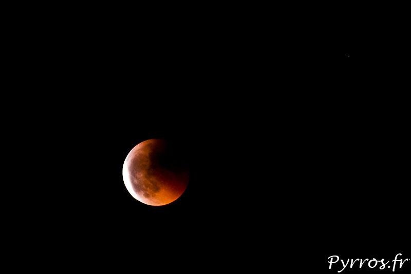 La lune change de couleur et devient rouge lors d'une éclipse lunaire.